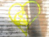 ein gelbes Herz, aufgesprüht auf ein Garagentor