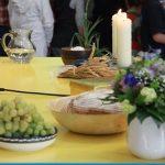 gedeckter Altar bei einer Erstkommunionfeier