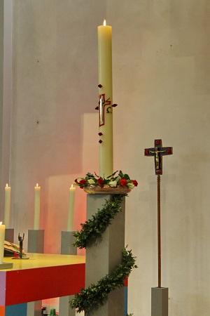 Altarraum mit Osterkerze und Vortragekreuz