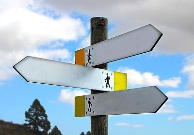 Schild mit Hinweisen für verschiedene Wanderrouten