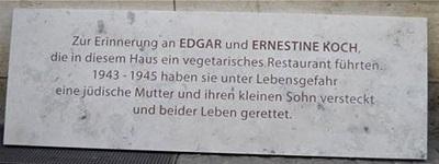 Gedenktafel über dem Eingang Schmeerstraße 5 für Ernestine und Edgar Koch