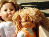 zwei Puppen auf einem Flohmarktstand
