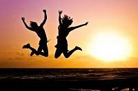 junge Menschen springen in die Luft im Sonnenuntergang