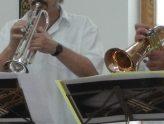 zwei Trompeten von Bläsern in Dölau mit einem Stück Notenständer