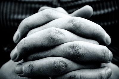 zum Gebet gefaltete Hände in Nahaufnahme