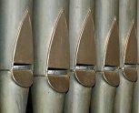 fünf Orgelpfeifen