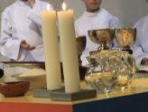 Altar mit Kerzen, Glaskaraffen und Kelchen