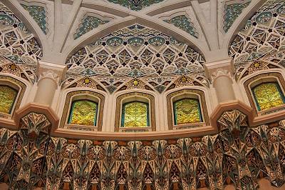 Blick in eine Kuppel mit mosaikartiger Verziehrung