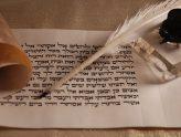 mit hebräischen Buchstaben beschriebenes Blatt, daneben Feder und Tintenfass