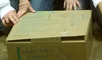 "ein bemaltes Paket der Aktion ""Kinder helfen Kindern"""