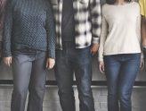 Fünf Personen im Mittelschnitt (ohne Kopf und Füße)