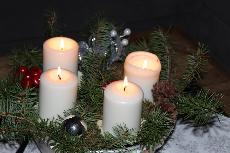 Adventskranz mit vier brennenden Kerzen