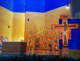 Altarinsel mit Kerzenwand in der Versöhnungskirche in Taizé (Frankreich)