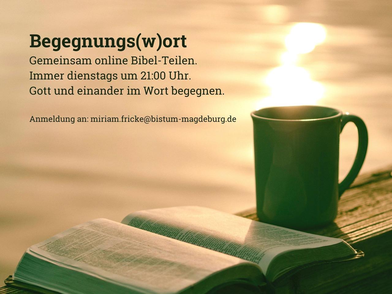 eine aufgeschlagene Bibel liegt neben einer Kaffeetasse