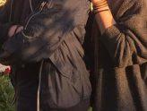 eine Person legt die Hand auf die Schulter eines anderen