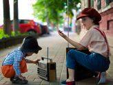 Kinder mit Radio
